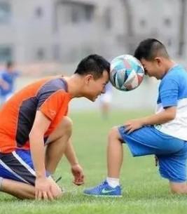 爸爸是孩子最好的足球启蒙老师!