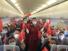 喀什温州商会秘书长王淑微在企业返喀复工复产乘坐的飞机上讲话