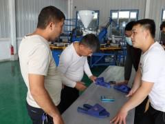 技术人员指导生产-舒乐拖鞋